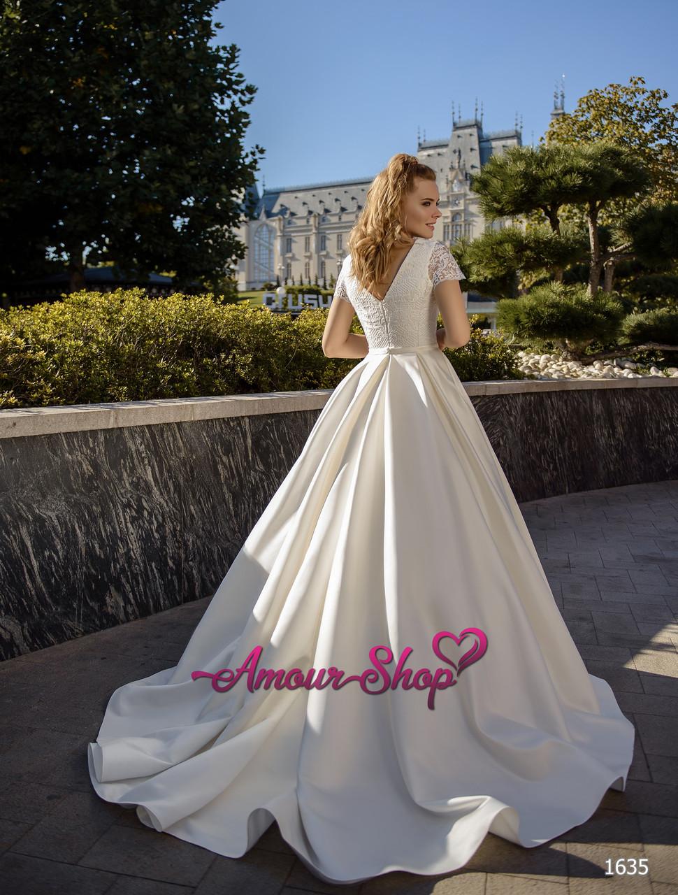 Свадебное платье с атласное с короткими рукавами