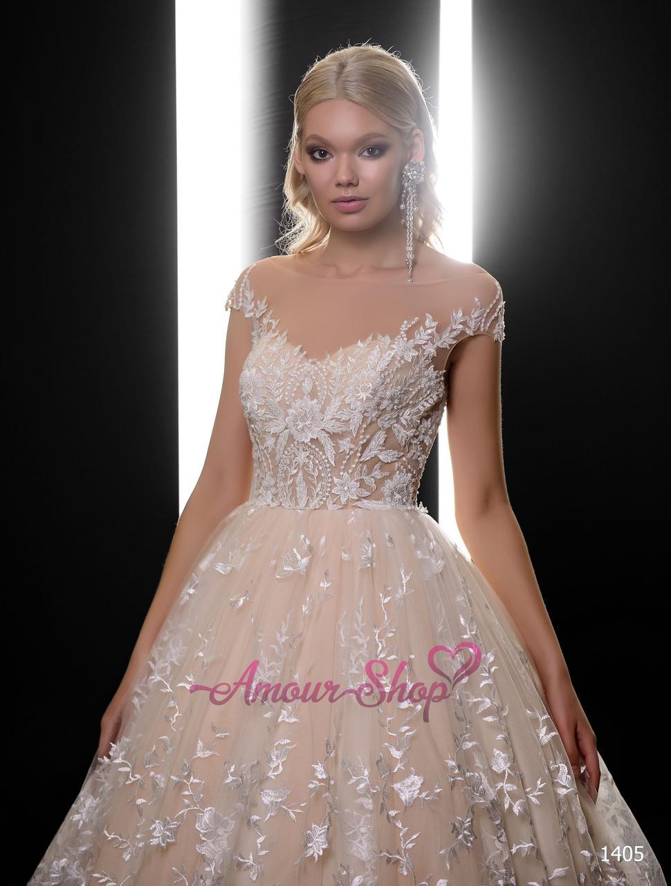 Пышное свадебное платье с вышитой юбкой