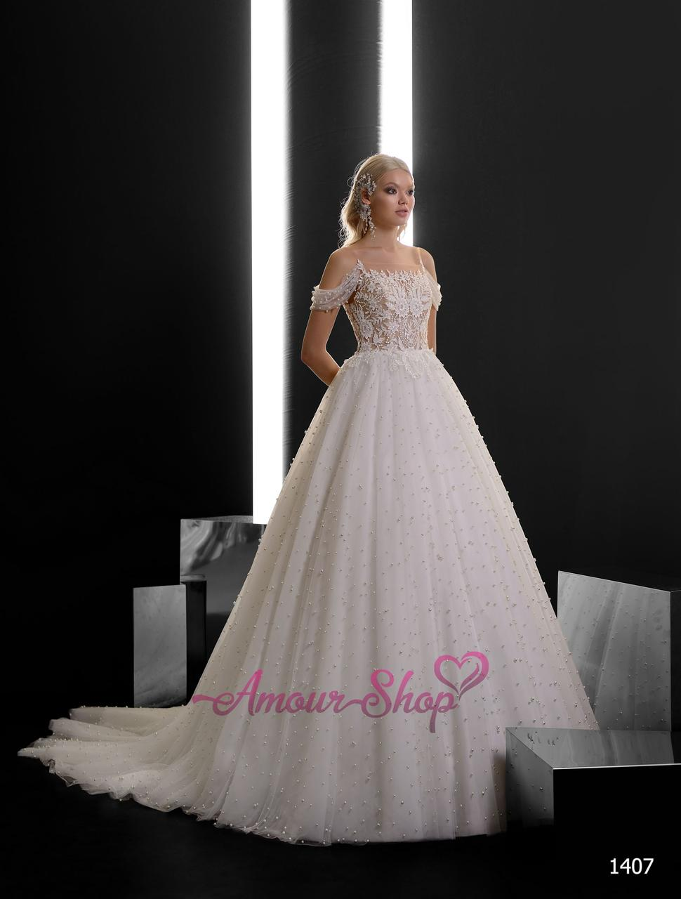 Пишне весільне плаття в жемчужинках з спущеными плічками