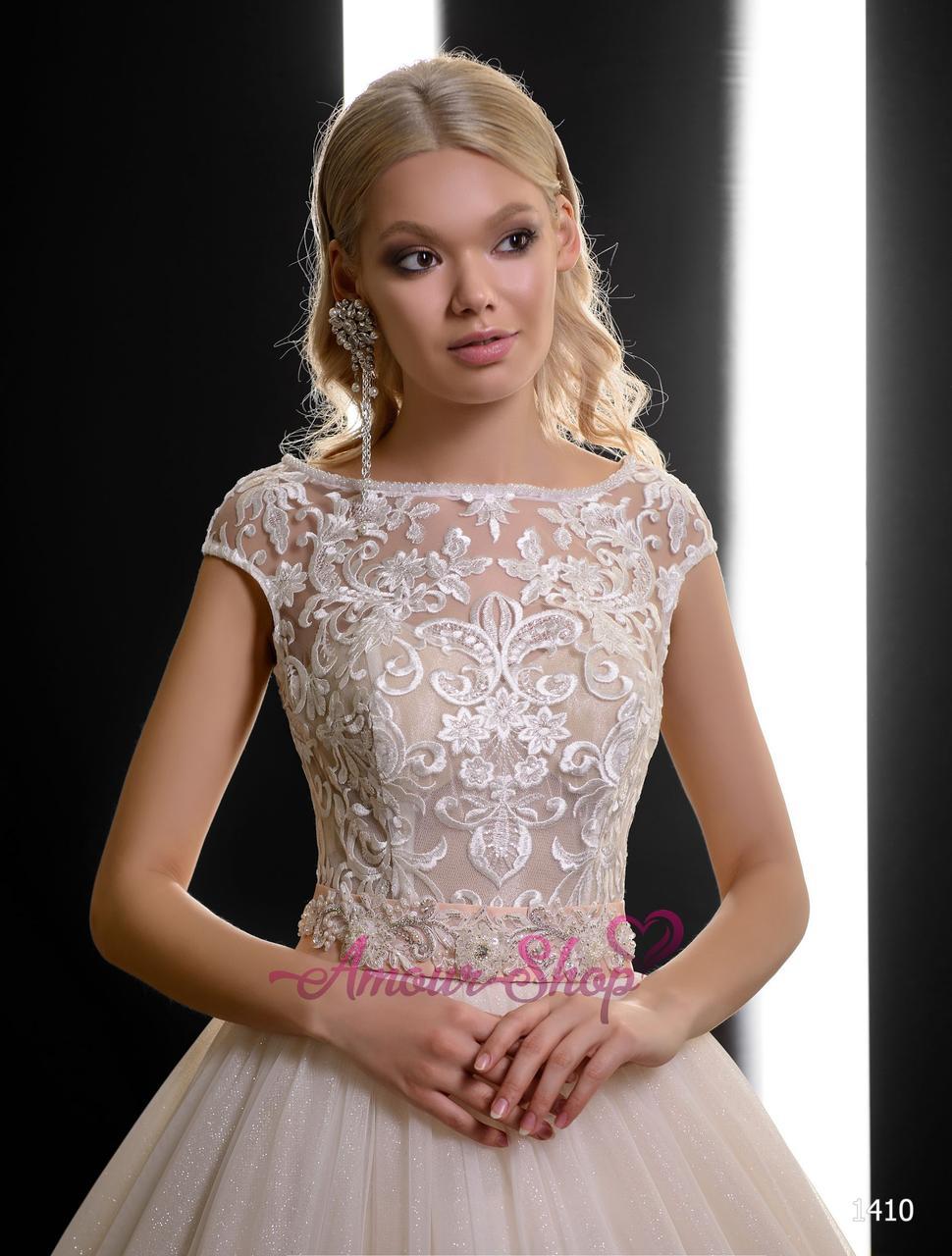 Пышное свадебное платье с блестящей юбкой