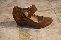 Шикарные стильные туфли с ремешком на танкетке