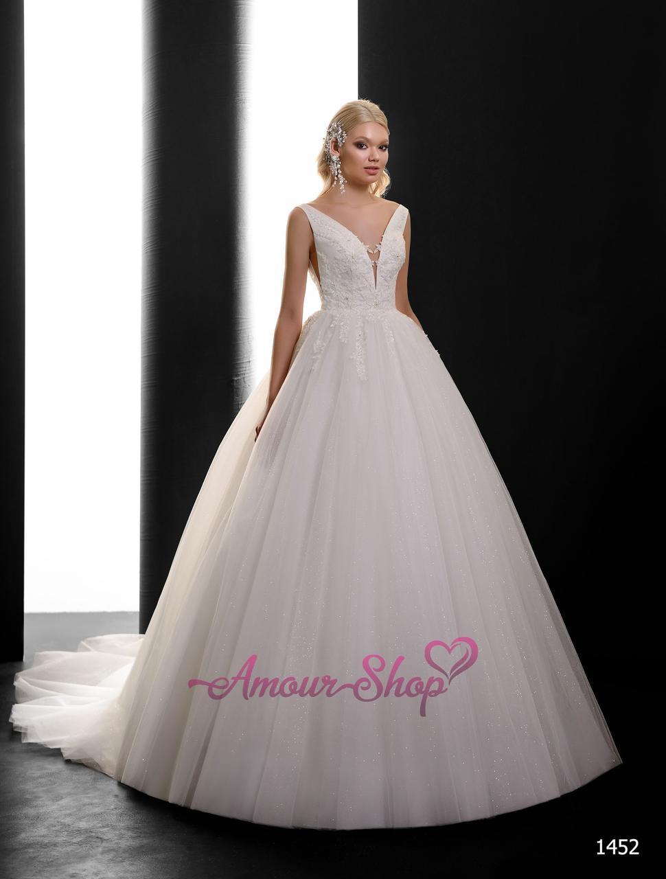 Пышное свадебное платье с глубоким декольте