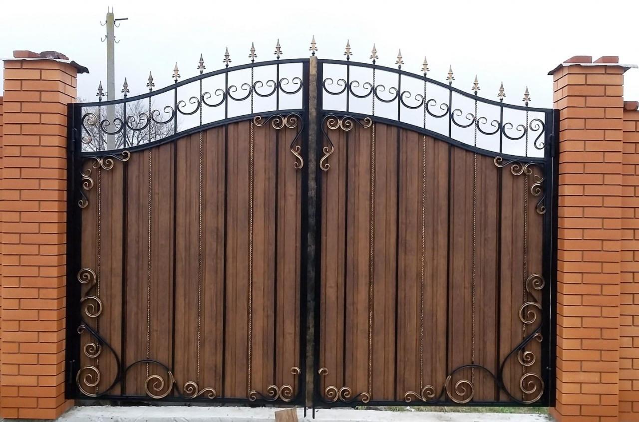 Ворота распашные из профнастила с ковкой
