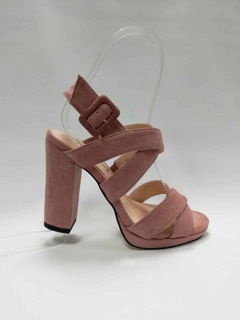 Открытые босоножки на устойчивом каблуке. Маленькие (33 - 35) размеры.