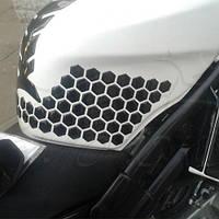 Наклейки на бак мотоцикла боковые соты черные