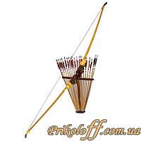 Деревянный лук с веером стрел
