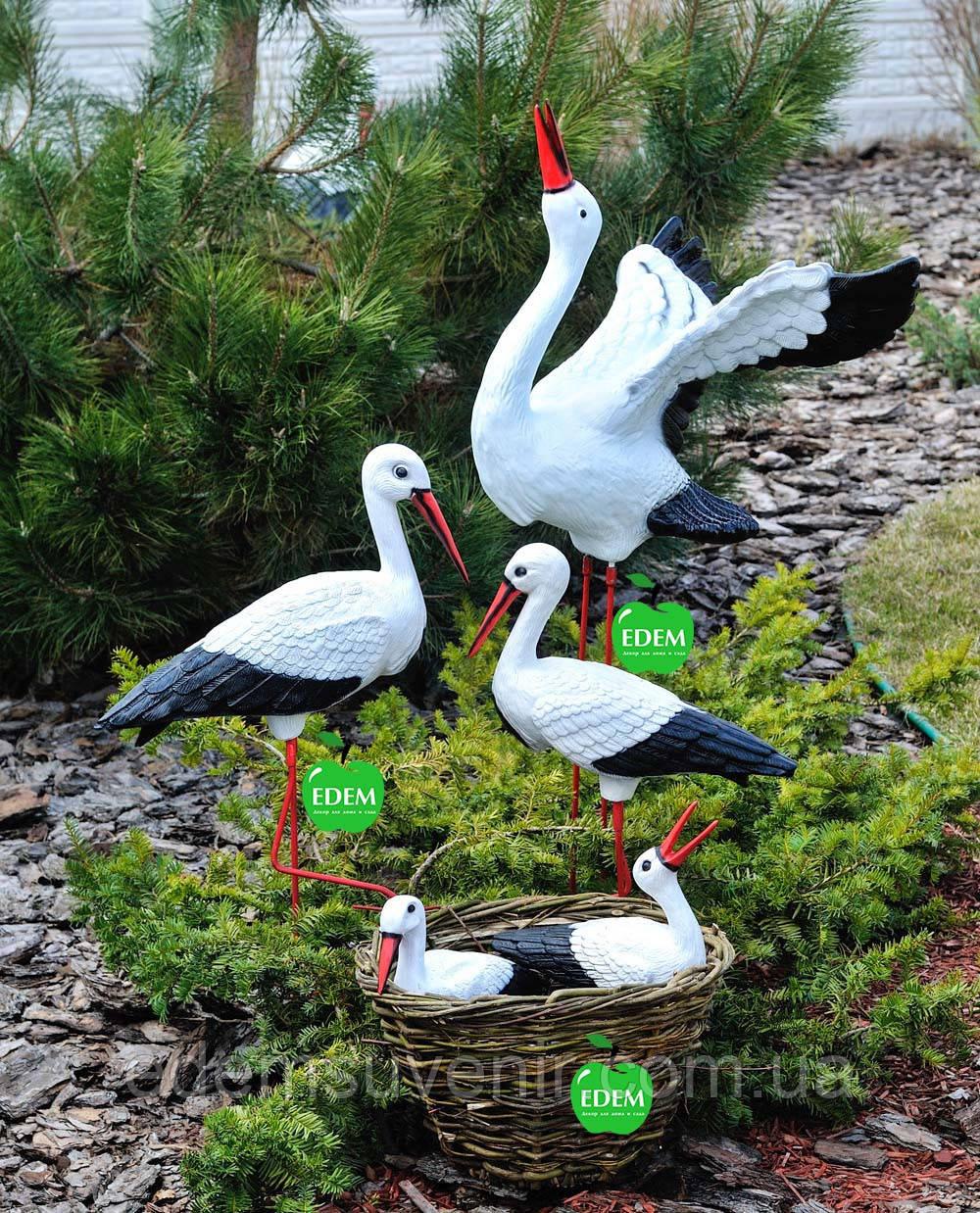 Садовая фигура Семья садовых аистов в гнезде №1