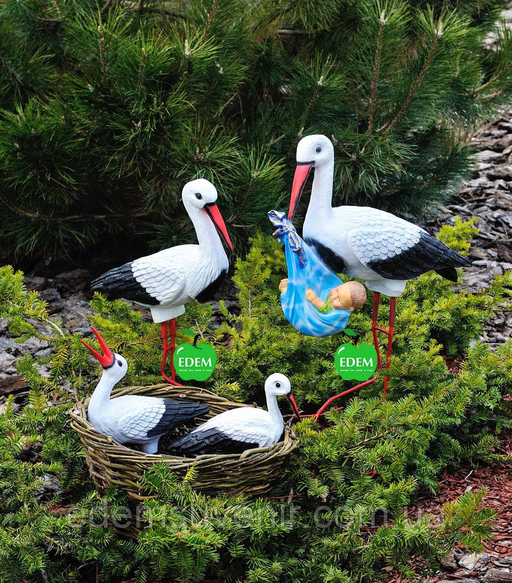Садовая фигура Семья садовых аистов в гнезде №24