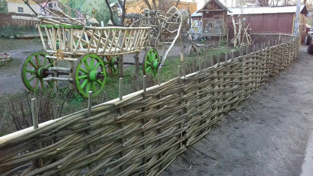 Декоративный заборчик тын на площадке во дворе