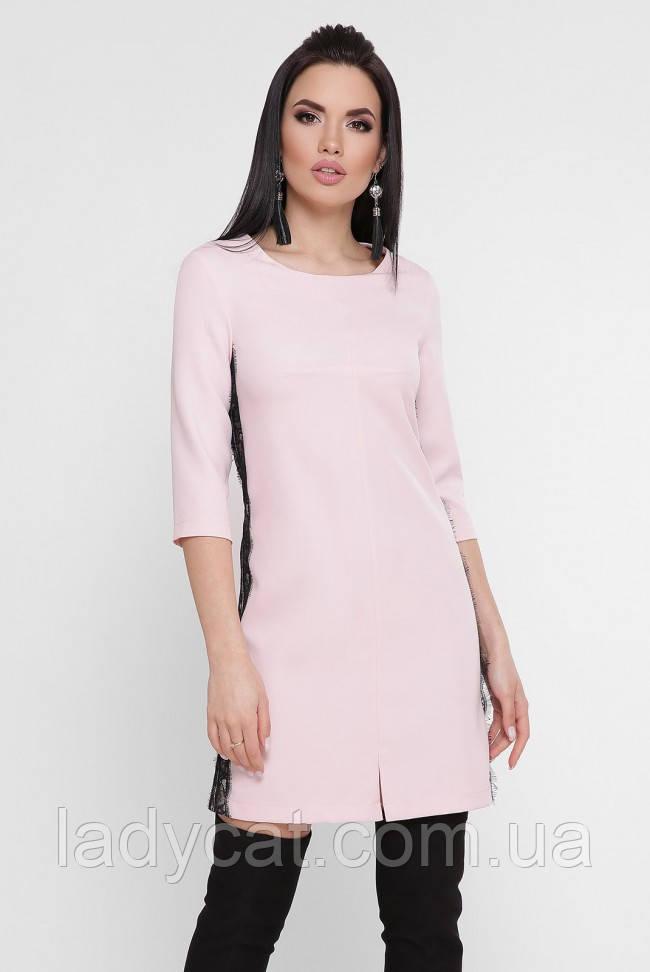 Женское короткое платье светло-розового цвета  с гипюровыми лампасами по бокам