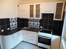 Кухня белоснежная: угловая, с темной столешницей.