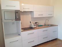 Кухня бело снежная: прямая, пленочные фасады.