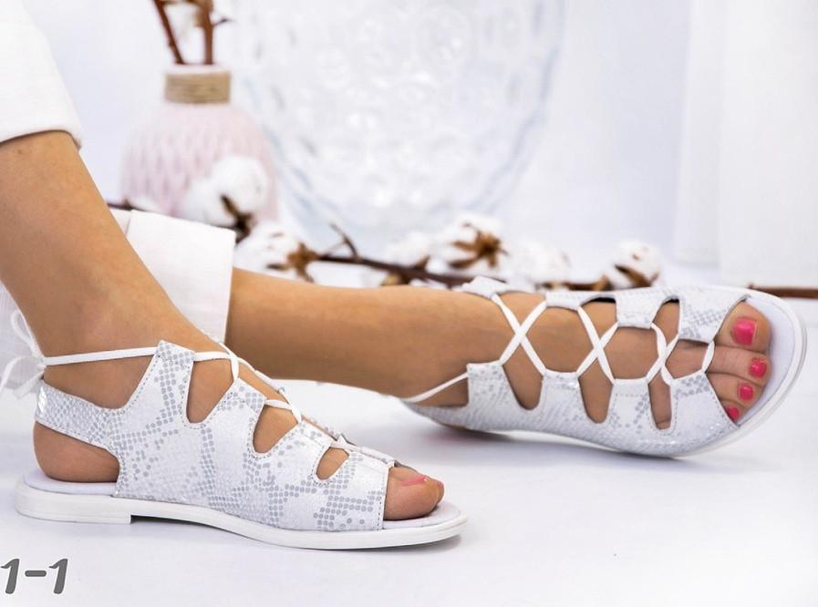 Босоножки на низком ходу с шнуровкой белые