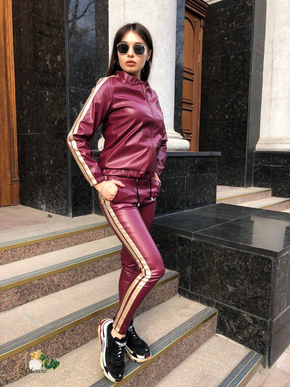 Женский костюм с лампасами из эко кожи в расцветках, р-р 42-48. РА-1-0419