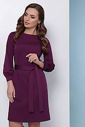 Красивое деловое платье-футляр до колен с поясом однотонное баклажановое