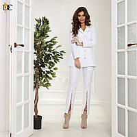 Новинка 2019! Оригинальный и женственный, женский костюм: приталенный жакет + узкие брюки с разрезами