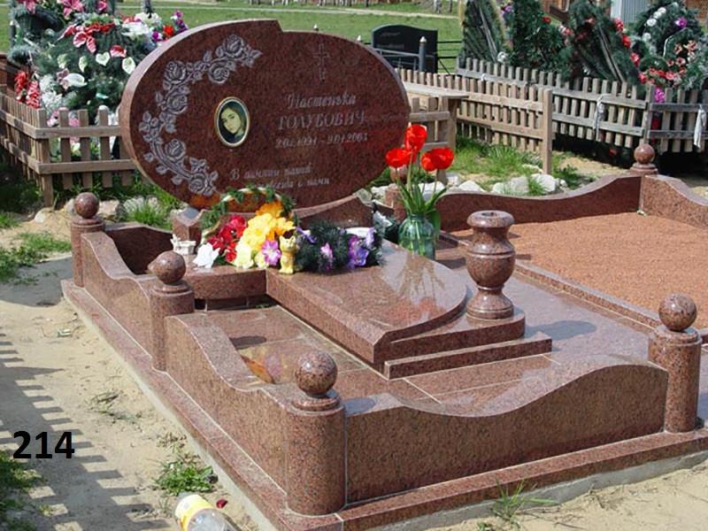 Ексклюзивний пам'ятник з огорожей із граніту квітником комплекс