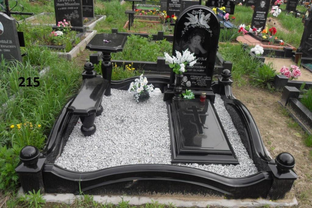 Ексклюзивний пам'ятник на могилу з огорожей столиком та лавкою з граніту комплекс