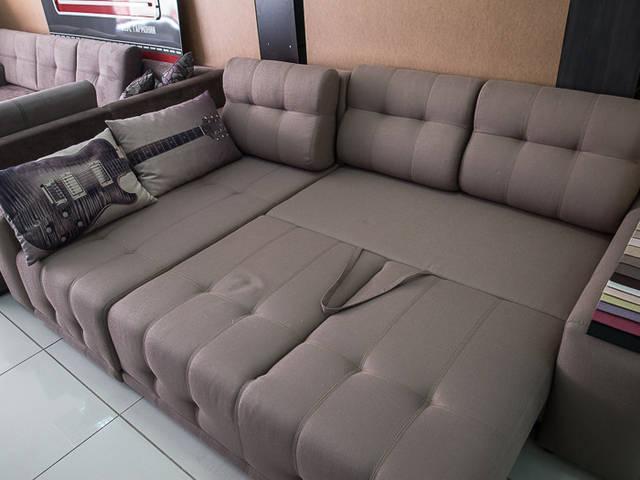 """Вот Вам простой пример классического углового дивана, вещь в быту очень полезная. Диван не мой, фото с соседнего отдела в магазине. И """"красиво"""", и места занимает немного, и спать в разложенном виде теоретически можно.  Диван разложен для сна."""