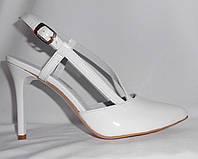 Летние женские белые туфли на шпильке с открытой пяткой из натуральной лаковой кожи