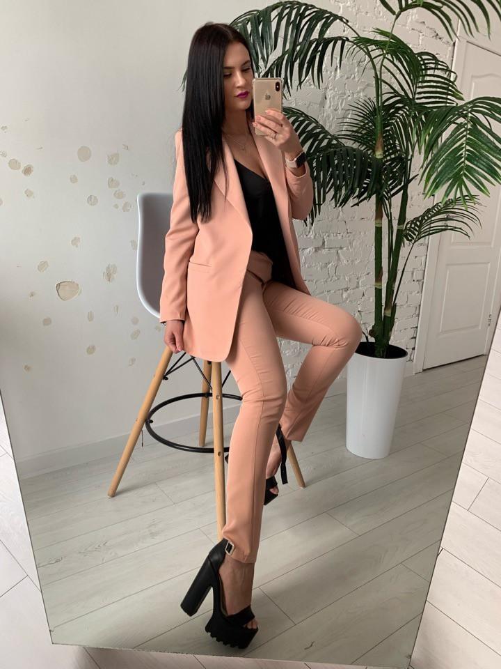 Женский брючный костюм с удлиненным пиджаком и зауженными брюками