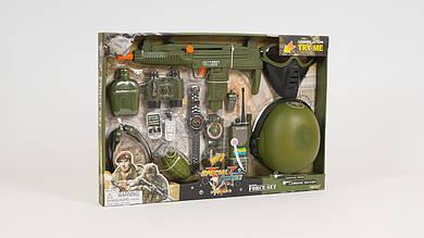 Игровой набор военного. В наборе - бинокль: автомат (трещотка): фляга: рация: каска