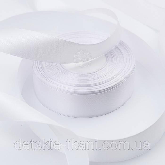 Лента атласная шириной 25 мм белого цвета, бобина 33 метра