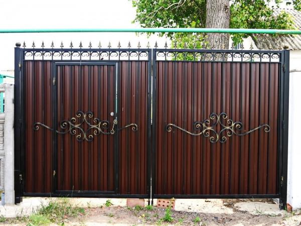 Ворота распашные из профнастила с калиткой и ковкой
