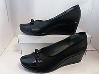 Туфли женские кожаные на танкетке.