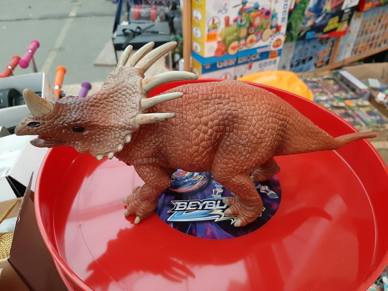 Динозавр пластиковый