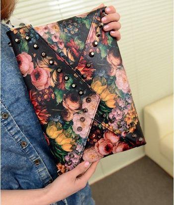 Клатч - конверт с цветочным принтом.