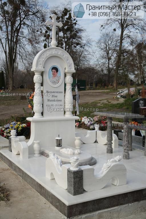 Памятник женщине из белого мрамора в Киеве, Совское кладбище