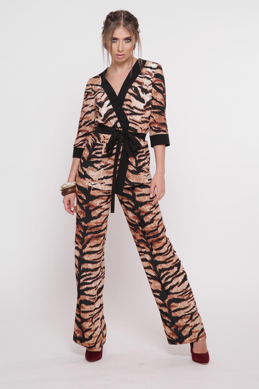 Женский брючный тигровый костюм.