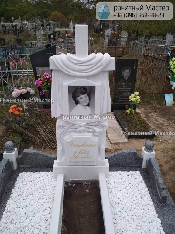 Памятник женщине из белого мрамора с крестом и лилиями. Мраморный памятник г. Суммы