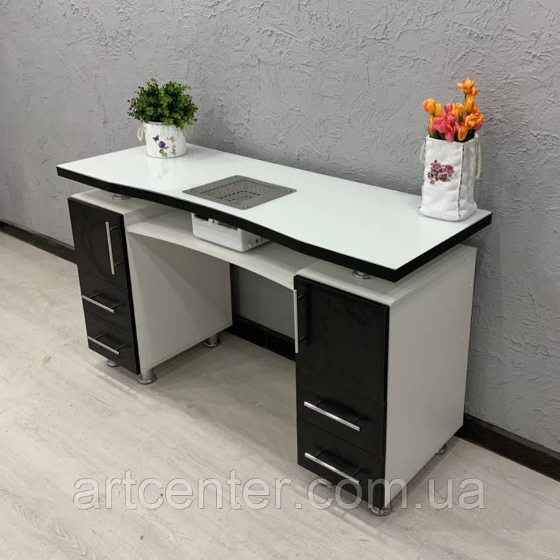 Стильный стол для маникюра с черными фасадами.