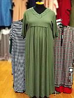Стильное платье в пол из жатого штапеля цвета хаки с кружевом и сборками