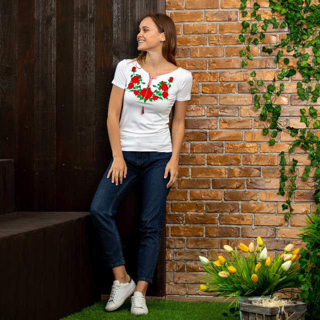 Женская трикотажная футболка с вышивкой Роза