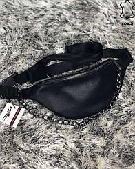 Женская кожаная сумка Бананка с цепочкой черного цвета