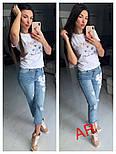 Женский стильный костюм: футболка с декором и джинсы, фото 2