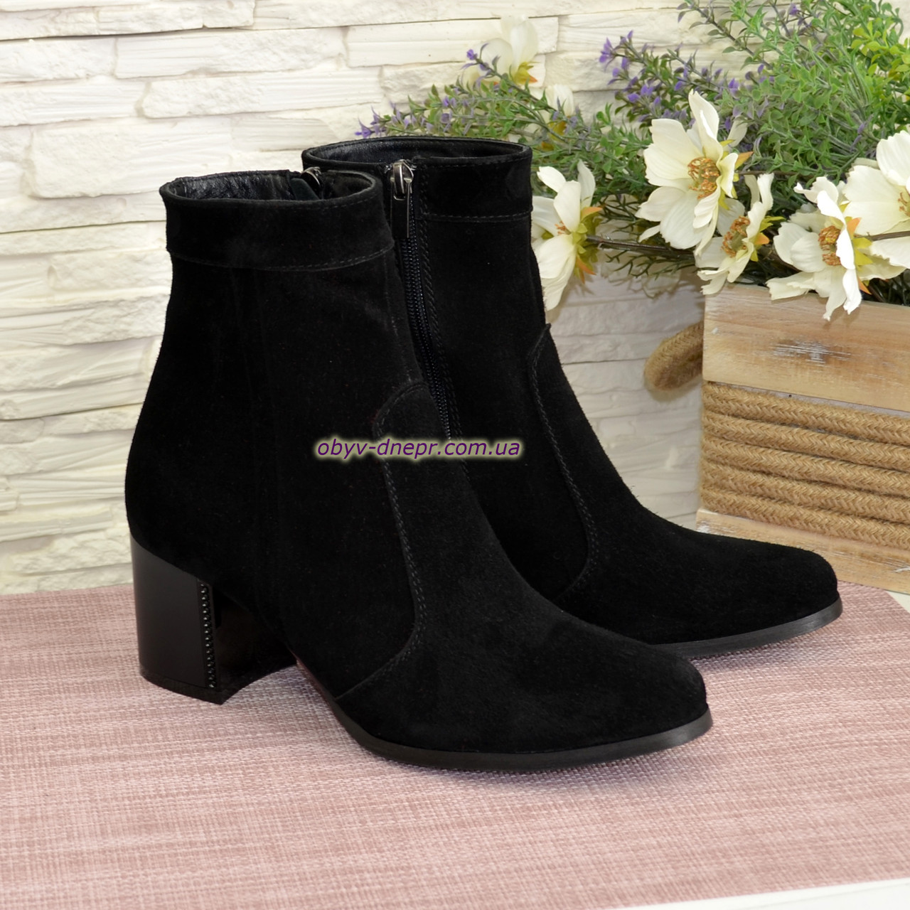 Ботинки женские демисезонные на невысоком каблуке, натуральная замша черного цвета