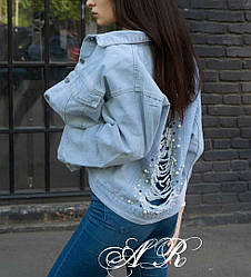 Джинсовая куртка декорирована жемчугами и разрезами.  Размер: С (42/44), М (44/46). Разные цвета. (6306)