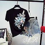 """Женский стильный костюм с декором """"Цветы"""": футболка и джинсовые шорты, фото 3"""