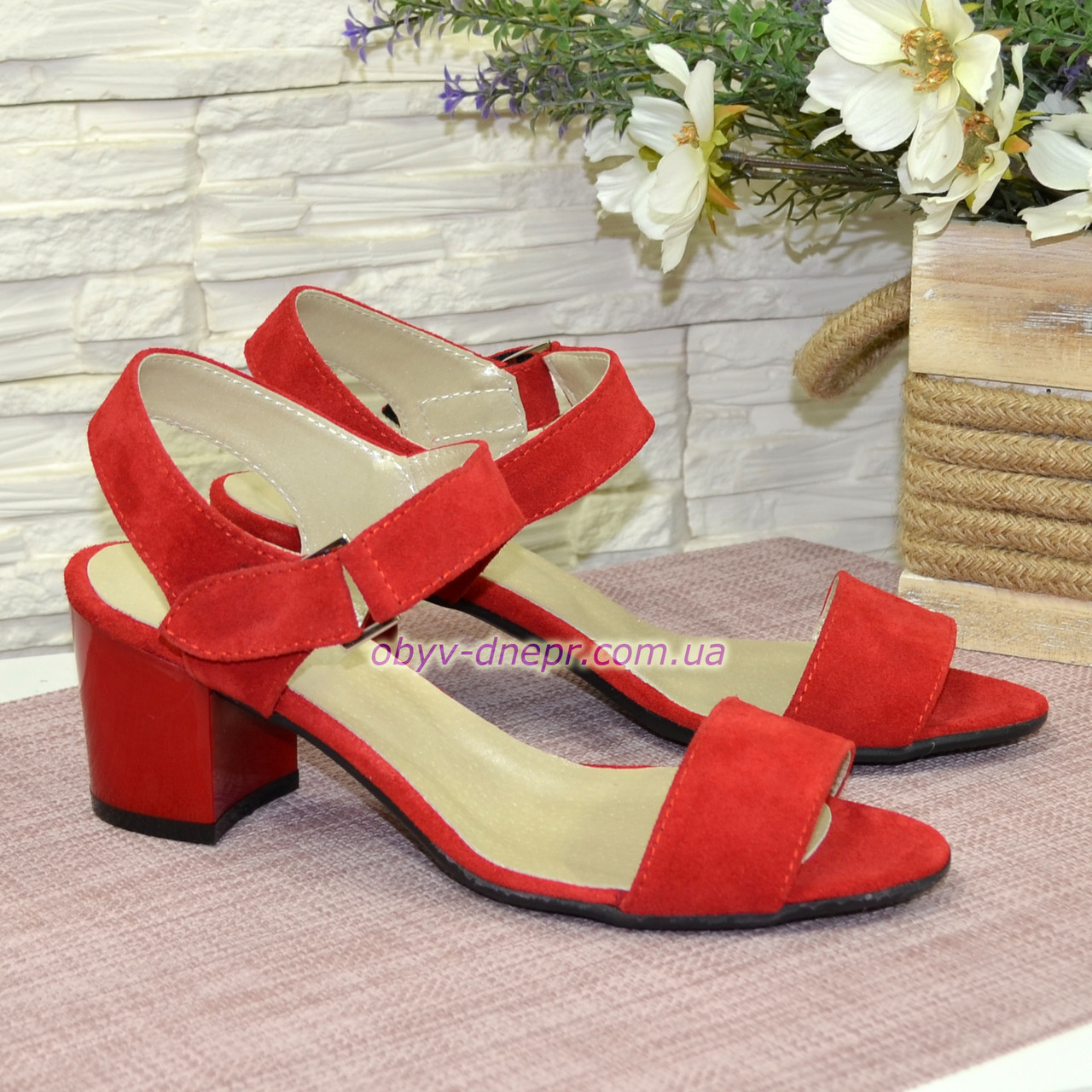 Женские замшевые босоножки на невысоком каблуке, цвет красный