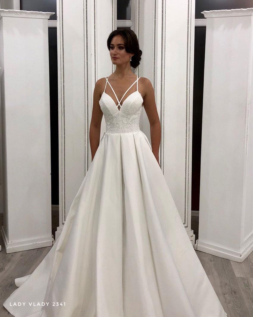 Атласное свадебное платье на тоненьких бретелях  и  со шлейфом Lady Vlady 2019