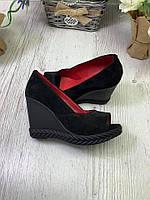 Туфли женские из натуральной замши черные на танкетке с открытым носком