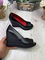 Туфли женские кожаные на танкетке черные с открытым носком