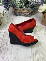 Женские туфли из натуральной замши красные на танкетке с открытым носком