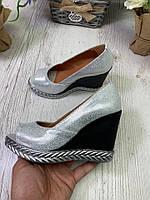 Туфли женские кожаные на танкетке серебристые с открытым носком