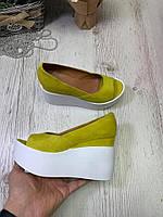 Женские туфли из натуральной замши желтые на танкетке с открытым носком