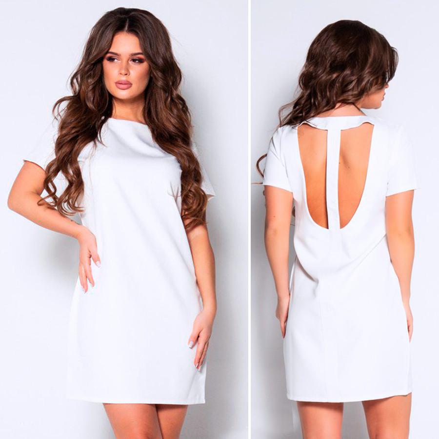 Белое платье с короткими рукавами и вырезом на спине